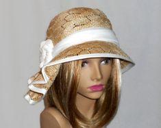 Deze hoed couture was handgemaakte op een blok van de antieke muts met behulp van een parasisal-stro. Deze leuke cloche hoed is verfraaid met zijde dupioni, veren en hand gemaakte hoed pin met fossiele.  Gelieve uw hoofdmaat meting aan te geven bij het bestellen van (de afmetingen van uw hoofd horizontaal net boven je wenkbrauwen). Wanneer u uw hoed ontvangt, zal er een kleine lint binnen te fine-tunen de pasvorm, en een hoed box voor veilige opslag.  Opmerking: Kleuren zal afhankelijk van…