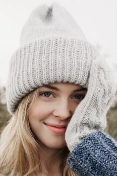 This wonderfully generous beanie from Novita Alpaca Wool keeps you warm during those cold winter days. Crochet Baby Mittens, Knit Crochet, Knitted Headband, Knitted Hats, Crochet Hat For Women, Beanie Pattern, Alpaca Wool, Bandeau, Knit Beanie