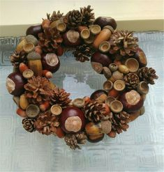 Mit Kastanien dekorieren für den Hersbt Türkranz selber basteln DIY You are in the right place about DIY Wreath ring Here we offer you the most beautiful pictures about the DIY Wreath felt you are loo Diy Christmas Decorations For Home, Christmas Centerpieces, Christmas Wreaths, Christmas Crafts, Acorn Decorations, Holiday Decor, Etsy Christmas, Acorn Wreath, Diy Wreath