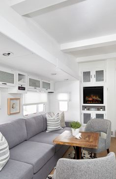 Remodeled travel trailer living room HGTV Get a look inside this remodeled fifth wheel trailer. Celebrity designer Jo Alcorn gave the old, water-damaged fifth wheel a complete makeover. Home Trends, Home, Remodeled Campers, Living Room Remodel, Room Remodeling, Rv Living Decor, Hgtv Designers, Living Decor, Modern Tiny House