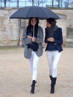 寒いパリの街を歩く二人が揃いもそろって白いパンツ。そうパリジェンヌにとっては白パンツは春夏の物なんてルールは関係ありません。これからの秋冬にどうコーディネートできるのか見ていきましょう。
