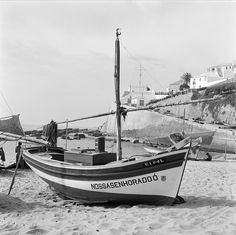Fotógrafo: Estúdio Horácio Novais. Fotografia sem data. Produzida durante a actividade do Estúdio Horácio Novais, 1930-1980.  [CFT164 023621.ic] History Of Portugal, Dinghy, Present Day, Algarve, Portuguese, Sailing Ships, Boat, Ericeira Portugal, Black And White