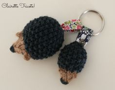 Hedgehog keyrings adapted from we Bloom Here tutorial./ porte clefs hérissons By Clairette Tricote