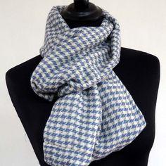 Grand SNOOD, écharpe tube, en pure laine tissée carreaux bleus et blancs : Echarpe, foulard, cravate par akkacreation