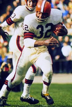 Jim Brown of the Cleveland Browns carries the ball against the New York Giants during an NFL football game circa 1964 at Yankee Stadium in the Bronx. Nfl Football Games, Nfl Football Players, Football Photos, College Football, Football Memes, Sports Photos, Football Cards, Best Running Backs, Jim Brown