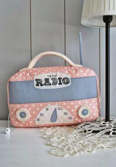 Süsse Spieluhr von genäht von Doris... mamaskram.blogspot.de Retro Radios, Little Babies, Baby Kids, Baby Accessoires, Unique Toys, Kids Pillows, Diy Toys, Baby Sewing, Diy For Kids