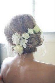 Aidot kukat hiuksiin? Tuohon tyyliin, mutta selkeämpi nuttua
