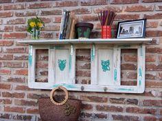 Repisa perchero construido a partir de un respaldar de un sillon y piezas de madera