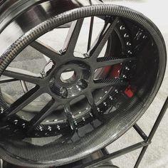 Mmmm, carbon fiber wheels by Litespeed Racing.