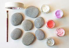 Transforme pedras em peso de papel. Veja como: http://www.casadevalentina.com.br/blog/materia/inspira-o-diy--pedras-coloridas.html #decor #decoracao #details #detalhes #pesodepapel #office #escritorio #diy #casadevalentina