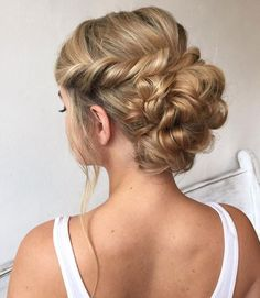Brilliant Hair Ideas for Chic Prom Look picture 1 (Prom Hair Updo) Updos For Medium Length Hair, Medium Hair Styles, Curly Hair Styles, Prom Hair Medium, Updo Styles, Fancy Hairstyles, Wedding Hairstyles, Headband Hairstyles, Fringe Hairstyle