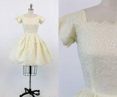Schuimige 1950s jurk! Gedaan in een pure botterroom geborduurd organdy weefsel. Geschulpte randen vierkante hals, mouwen en zoom. Ingerichte taille