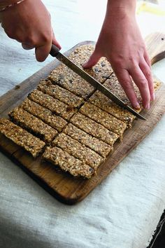 Fruity fridge flapjacks - unbaked dairy-free flapjack recipe is from Alice Meller Healthy Fridge, Healthy Bars, Healthy Treats, Healthy Baking, Healthy Food, Healthy Flapjack, Flapjack Recipe, Dairy Free Recipes, Raw Food Recipes
