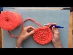 En este tutorial de Santa Pazienzia enseño cחחיחח ómo tejer un cesto con trapillo. Mode Crochet, Crochet Diy, Crochet Motifs, Crochet Stitches, Crochet Patterns, Knitting Videos, Crochet Videos, Crochet Bowl, Fabric Yarn