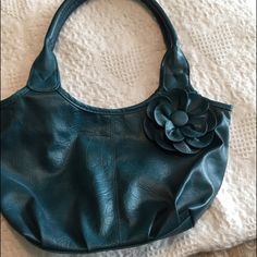Adorable deep teal purse This small purse is in great condition. This is the perfect accessory for a night out or a day of shopping! Bags