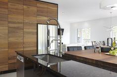 Armoires de cuisine moderne placage de noyer et acrylux noir Simard cuisine et salle de bains