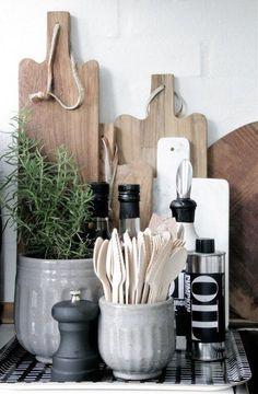 Zet oude kaasplanken of houten snijplanken tegen de muur. Een pot met keukengerei, wat kruiden in mooie glazen potjes, een leuk plantje en je hoekje begint er al aardig op te lijken.
