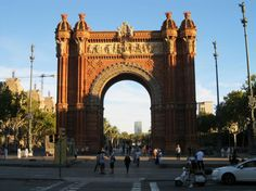 Arc de Triomf: Triumphbogen in Barcelona Barcelona Travel Guide, Europe On A Budget, Free Things To Do, Most Beautiful Cities, Barcelona Spain, Brooklyn Bridge, Big Ben, Barcelona Cathedral, Stuff To Do