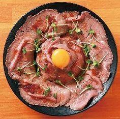 新潟市に今話題の 「ローストビーフ丼」を リーズナブルな価格で提供する お店が8月にオープンしていました!   ★ イタリア創作料理酒場 頂(いただき)   東京で人気が爆発したローストビーフ丼。 新潟でも飲食店がメニューとして 出しているお店はありましたが、 8月にオープンしたお店「頂」はウリとしています。   ローストビーフ丼は 肉を大量に使用するため、 どうしても1,000円以上するものが多いなか、 「頂」ではランチ並盛り740円! ディナータイムは840円! (※掲載画像参考)   安いから量が少ないというわけでない。 皿一面を覆うようにローストビーフがあり 見た目もぜいたくな一品。   現在はビーフとポークの2種類だが 今後はローストチキン丼も考案中。   タレも、 しょうゆ・塩レモン・みその3種類から バジルやトマトなど店名にあるように イタリア風のタレも追加して さらに増やしていく予定とのこと。   夜のディナータイムは、 創作イタリア料理の居酒屋になり、 パスタや手作りのスイーツも提供されるので、 ローストビーフ丼以外も楽しめますね。…