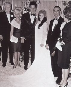 Elvis and Priscilla on May 1967 in Las Vegas - wedding photo with Paul and Ann Beaulieu and Vernon and Dee Presley. Lisa Marie Presley, Priscilla Presley Wedding, Elvis Und Priscilla, Tennessee, Mississippi, Night Before Wedding, Elvis Wedding, Elvis Presley Family, Actor