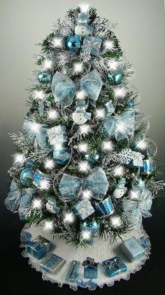 silbernder Weihnachtsbaum mit blauer Deko