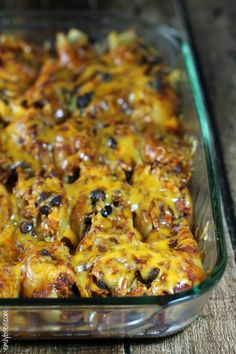 These Chicken Enchilada Stuffed Shells are stuffed to the brim with seasoned chicken, sharp cheddar and hearty black beans and smothered underneath a kickin' enchilada sauce and more cheesy goodness. Ww Recipes, Pasta Recipes, Mexican Food Recipes, Chicken Recipes, Cooking Recipes, Healthy Recipes, Ethnic Recipes, Skinny Recipes, Healthy Meals