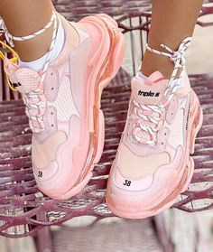 Fashion Fact: luxury sneakers literally go with everything. They are designers' and stylists' approved item for a red carpet glam, formal wear and contemporary High Top Sneakers, Sneakers Mode, Girls Sneakers, Sneakers Fashion, Fashion Shoes, Shoes Sneakers, Men Fashion, T Shirt Balenciaga, Sneakers Balenciaga