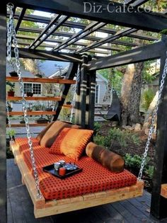 Подвесной диван в саду