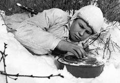 Советский сапер-разведчик М. Кочкуров обезвреживает немецкую противотанковую мину на Сталинградском фронте