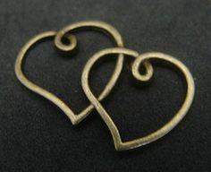 Pewter dije oro viejo corazón doble. Se vende por par. $ 6.50 mn.