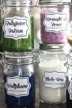 Whip up Harry Potter potion slime with kids! Make homemade slime with our super easy slime recipes. Great Harry Potter party activity too! Harry Potter Classroom, Harry Potter Potions, Harry Potter Cosplay, Harry Potter Halloween, Harry Potter Decor, Harry Potter Christmas, Harry Potter Outfits, Harry Potter Gifts, Harry Potter Birthday