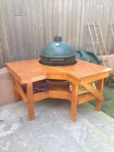 Build a barbecue grill table – DIY projects for everyone! Big Green Egg Outdoor Kitchen, Big Green Egg Table, Big Green Egg Grill, Green Eggs, Barbacoa, Barbecue Grill, Grilling, Grill Table, Grill Area
