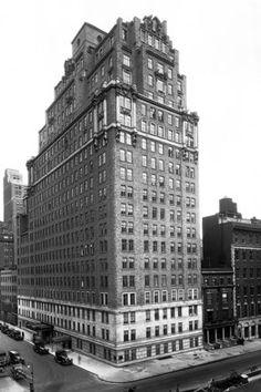 [OThistory] The Drake fu costruito nel 1927 a New York. I costruttoti Bing & Bing lo gestirono per 35 anni per poi passare la proprietà a William Zeckendorf che vi aprì lo Shepheard's, la prima discoteca di New York. Nel 1965 fu acquisito dalla Loews Hotel Corporation. Dal 1980 è di proprietà della Swiss Hotel Company di Zurigo.