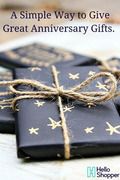 beautiful matte black wrapping paper decorated with a gold pen. Next year& Christmas wrapping! Creative Christmas Gifts, Christmas Gift Wrapping, Creative Gifts, Holiday Gifts, Christmas Diy, Cheap Holiday, Creative Gift Wrapping, Wrapping Ideas, Wrapping Gifts