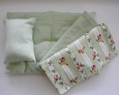 green linen set for cloth dolls Kids Toys, Doll Clothes, Beds, Dolls, Green, How To Make, Home Decor, Childhood Toys, Baby Dolls