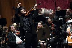 E' Yn Mo Yang, vent'anni ancora da compiere, il più giovane dei sei  finalisti, il vincitore del Premio Paganini 2015. L'esecuzione del  violinista sudcoreano è stata accolta con una vera ovazione dal  pubblico del Carlo Felice, che gli ha attribuito anche il premio del pubblico.  &nbs