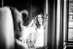 Bruid controleert haar en make-up in spiegel tijdens bruiloft Den Haag