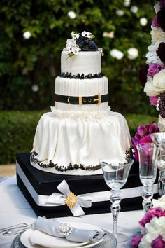Black and white wedding cake.