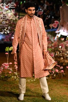 LFW 2019 Anita Dongre collection has lehengas all priced under INR If you are looking for some pre-wedding designer lehengas, then this post is for you India Fashion Week, Lakme Fashion Week, Milan Fashion Weeks, London Fashion, Wedding Dresses Men Indian, Wedding Dress Men, Kurta Men, Vogue Wedding, Anita Dongre