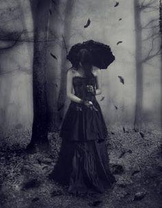 """SÓ - [b]""""Não fui, na infância, como os outros e nunca vi como outros viam. Minhas paixões eu não podia tirar de fonte igual à deles; e era outra a origem da tristeza, e era outro o canto, que acordava o coração para a alegria. [i]Tudo o que amei, amei sozinho.[/i] Assim, na minha infância, na alba da tormentosa vida, ergueu-se, no bem, no mal, de cada abismo, a encadear-me, o meu mistério. Veio dos rios, veio da fonte, a rubra escarpa da montanha, do sol, que todo me envolvia em outonais…"""