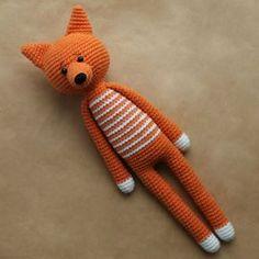Os brinquedos de amigurumi de pernas longas têm um charme especial. Eles podem ser usados como um objeto para decorar o interior de um quarto ou sala, ou se tornar o brinquedo favorito do seu filho. Essas raposas definitivamente tornarão sua casa um pouco mais aconchegante e deixarão seus convidados mais felizes. Você pode colocá-los no sofá e aconchegar-se com estes brinquedos depois de um longo dia cansativo. Tire um pouco de tempo, conforta-se e faça estas raposinhas de pernas…