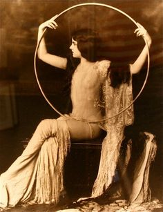 Vintage antique photo of a Girl from the Ziegfeld Follies Pin Up Vintage, Looks Vintage, Vintage Beauty, Vintage Ladies, Vintage Fashion, Fashion 1920s, Vintage Gypsy, Antique Photos, Vintage Pictures