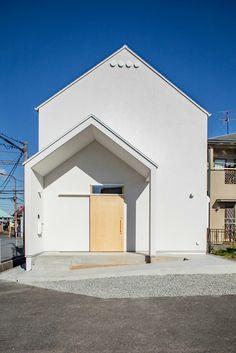 泉大津の家-triangle roof-: 祐建築設計事務所が手掛けた家です。 Brick Design, Facade Design, Roof Design, House Roof, Facade House, Japan House Design, House Tokyo, Triangle House, Minimal House Design