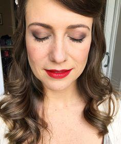 Precioso el estilo de esta novia. Labios rojos, mirado luminosa.