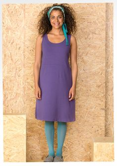 Sleeveless dress sewn in comfortable lyocell jersey. Round neckline and fitted waist make it the perfect garment to combine with the rest of the collection.