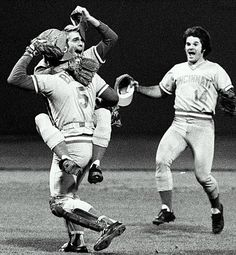 Big Red Machine - 1975 World Series - Kinda makes you want to smile. Reliever Will McEnaney and catcher Johnny Bench celebrate as Pete Rose rushes to join in after getting the last out of Game 7 on Oct. It was awesome! Chicago White Sox, Boston Red Sox, Baseball Photos, Baseball Cards, Baseball Stuff, Sports Photos, Sparky Anderson, Cincinnati Reds Baseball, Pittsburgh Steelers