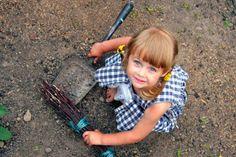 Idées de tâches extérieures pour les enfants Balayer autour de la maison
