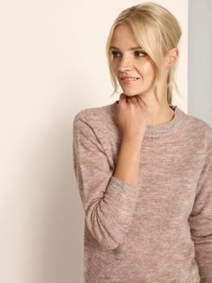"""Damski sweter Top Secret z kolekcji jesień-zima 2016.<br><br>Kobiecy sweter wykonany z melanżowej dzianiny z domieszką moheru zapewni ciepło w zimnych miesiącach. Klasyczny i ponadczasowy. Sweter dostępny w kolorze różowym (SSW1967RO).<br><br>Modelka ma 176 cm wzrostu i prezentuje rozmiar 34.<span style=\""""font-style:italic\"""">"""