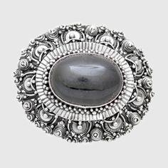 Brosă din argint realizată manual, lucrată cu migală cu ajutorul tehnicii granulației și a afiligranului, cu diopsid -star, piatră semiprețioasă naturală. Cod produs: VP7016 Greutate: 17.44 gr. Lungime: 4.00 cm Lățime: 3.00 cm