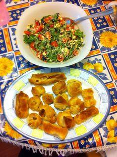 Rotolini di würstel con insalata di feta, rucola, olive nere, pomodorini e mais :)  Gnam gnam